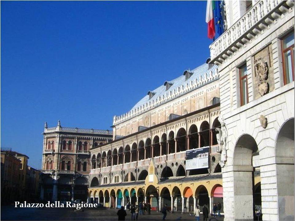 Palazzo della Ragione – Considerado o monumento mais importante da cidade. Foi construído entre 1172 e 1219