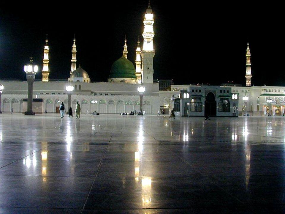 2 - As cinco orações diárias. Ao amanhecer, ao meio dia, à tarde, ao crepúsculo e à noite todos os muçulmanos em saúde boa devem primeiro lavar-se e e