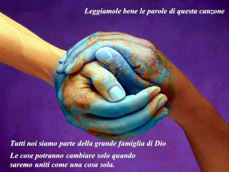 Noi siamo il mondo, noi siamo i bambini We are the world, we are the children Nós somos o mundo, nós somos as crianças Noi siamo il mondo, noi siamo i bambini noi siamo quelli che un giorno porteranno la luce, We are the ones who make a brigther day Nós somos aqueles que criamos um dia mais brilhante noi siamo quelli che un giorno porteranno la luce, quindi cominciamo a donare.