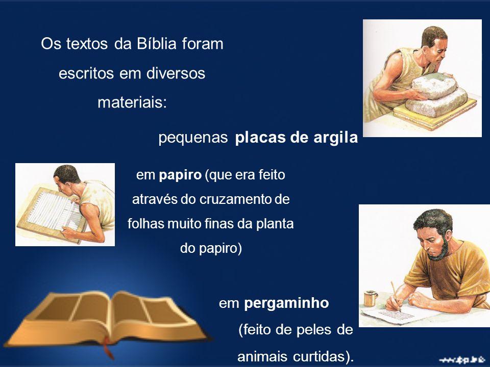 Os textos da Bíblia foram escritos em diversos materiais: pequenas placas de argila em papiro (que era feito através do cruzamento de folhas muito fin
