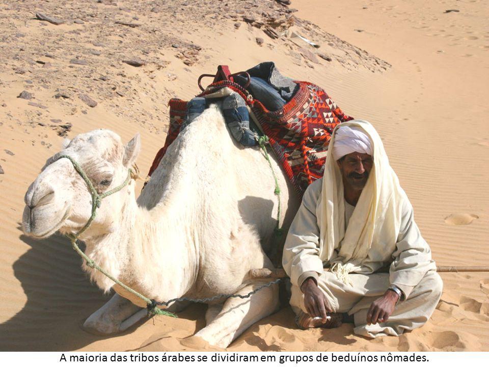 A maioria das tribos árabes se dividiram em grupos de beduínos nômades.