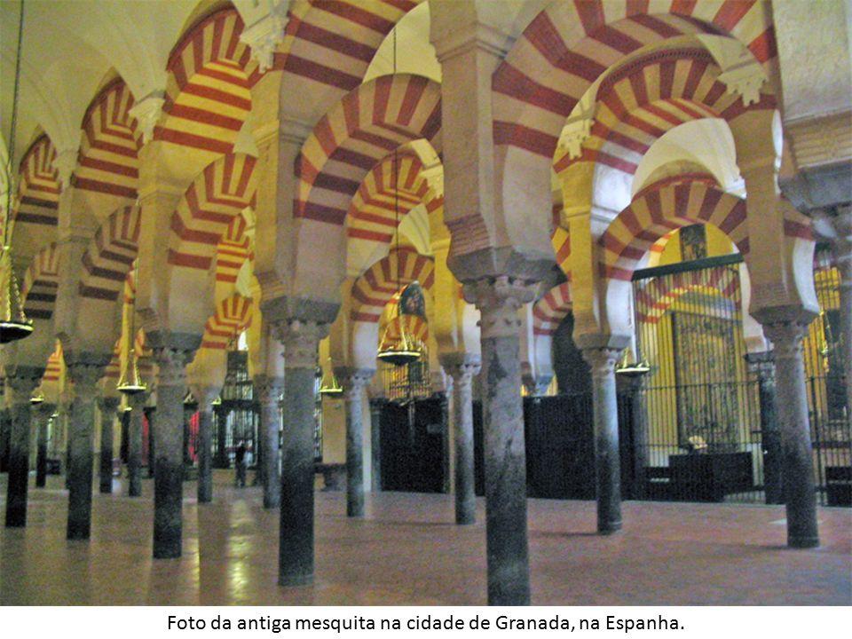 Foto da antiga mesquita na cidade de Granada, na Espanha.