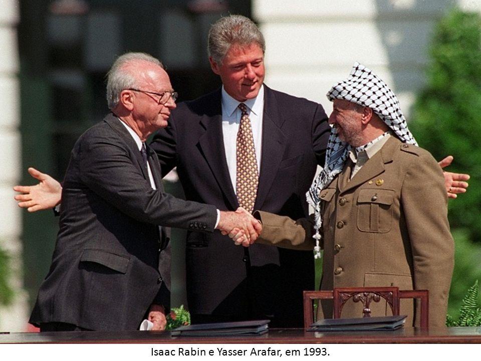 ATUALIDADES  Em 2007 Israel decretou o bloqueio da Faixa de Gaza, que ficou isolada comercialmente.