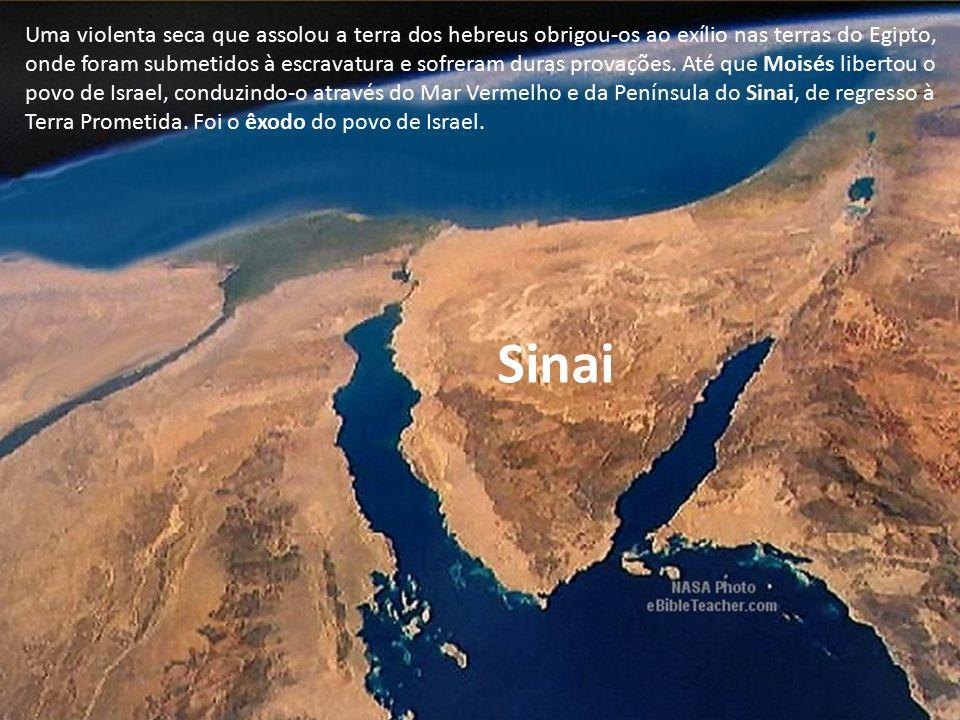 Aí, no Monte Sinai, segundo a Bíblia, Moisés recebeu de Deus as Tábuas da Lei, contendo os Dez Mandamentos.