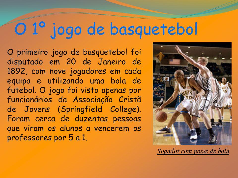 O 1º jogo de basquetebol O primeiro jogo de basquetebol foi disputado em 20 de Janeiro de 1892, com nove jogadores em cada equipa e utilizando uma bola de futebol.