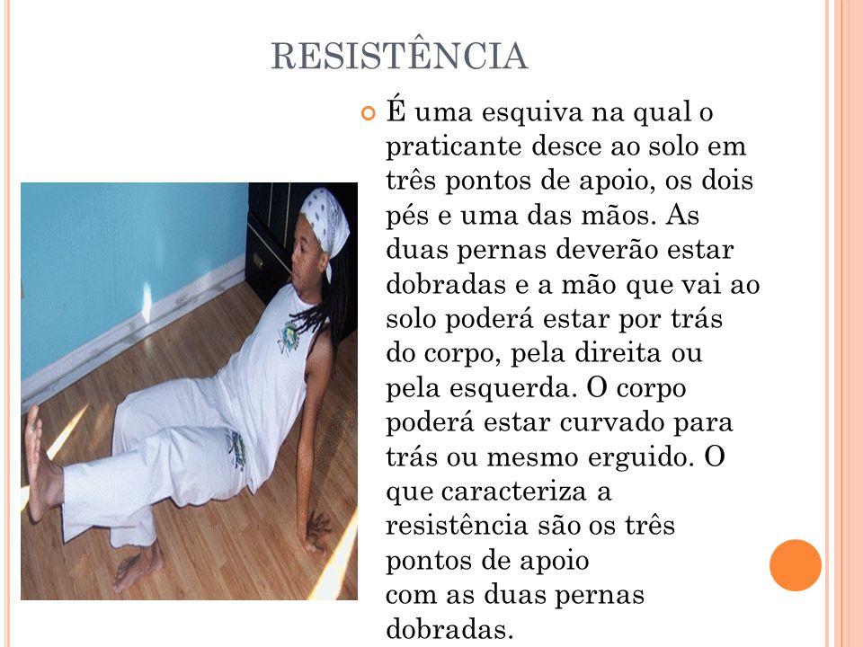 RESISTÊNCIA É uma esquiva na qual o praticante desce ao solo em três pontos de apoio, os dois pés e uma das mãos. As duas pernas deverão estar dobrada