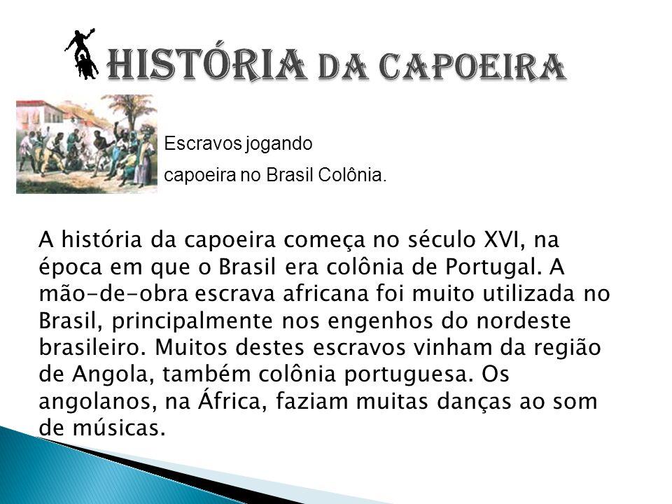 Escravos jogando capoeira no Brasil Colônia. A história da capoeira começa no século XVI, na época em que o Brasil era colônia de Portugal. A mão-de-o