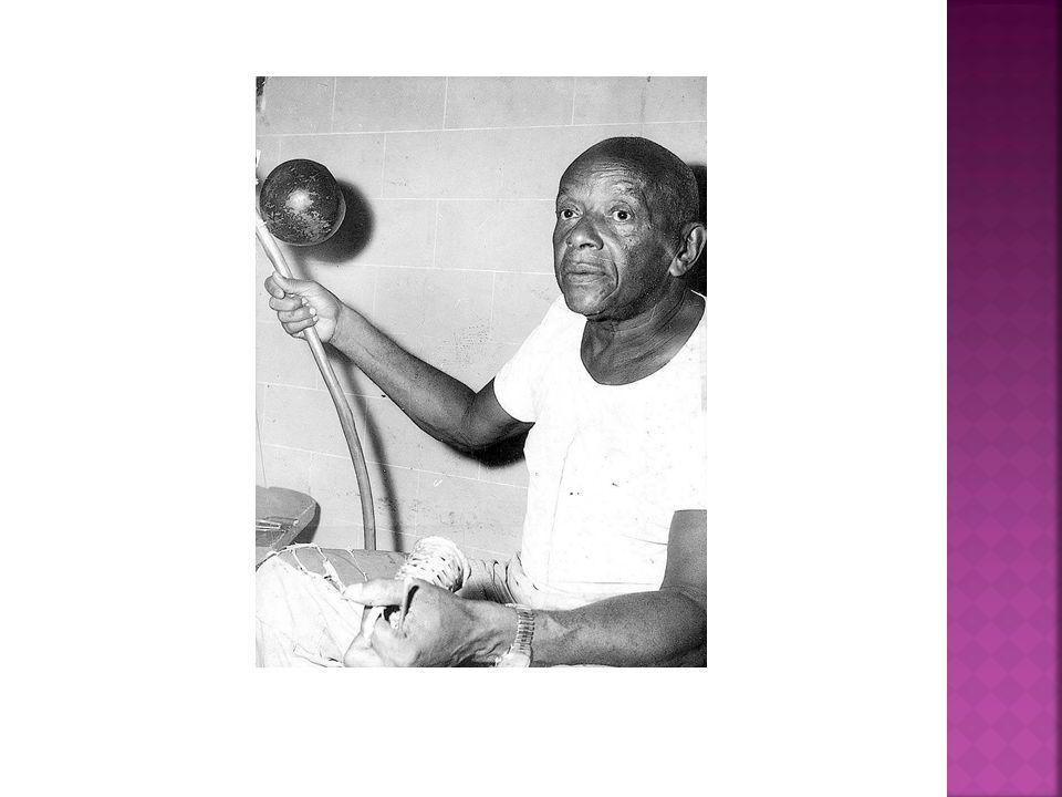 Vicente Ferreira Pastinha, o Mestre Pastinha, Começou a aprender a capoeira aos 08 anos de idade com um africano chamado Benedito.