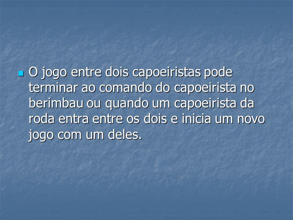 O jogo entre dois capoeiristas pode terminar ao comando do capoeirista no berimbau ou quando um capoeirista da roda entra entre os dois e inicia um no