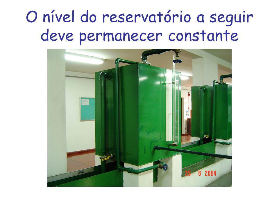 Uma placa de orifício de diâmetro 23 mm é instalada na parede lateral de um reservatório.