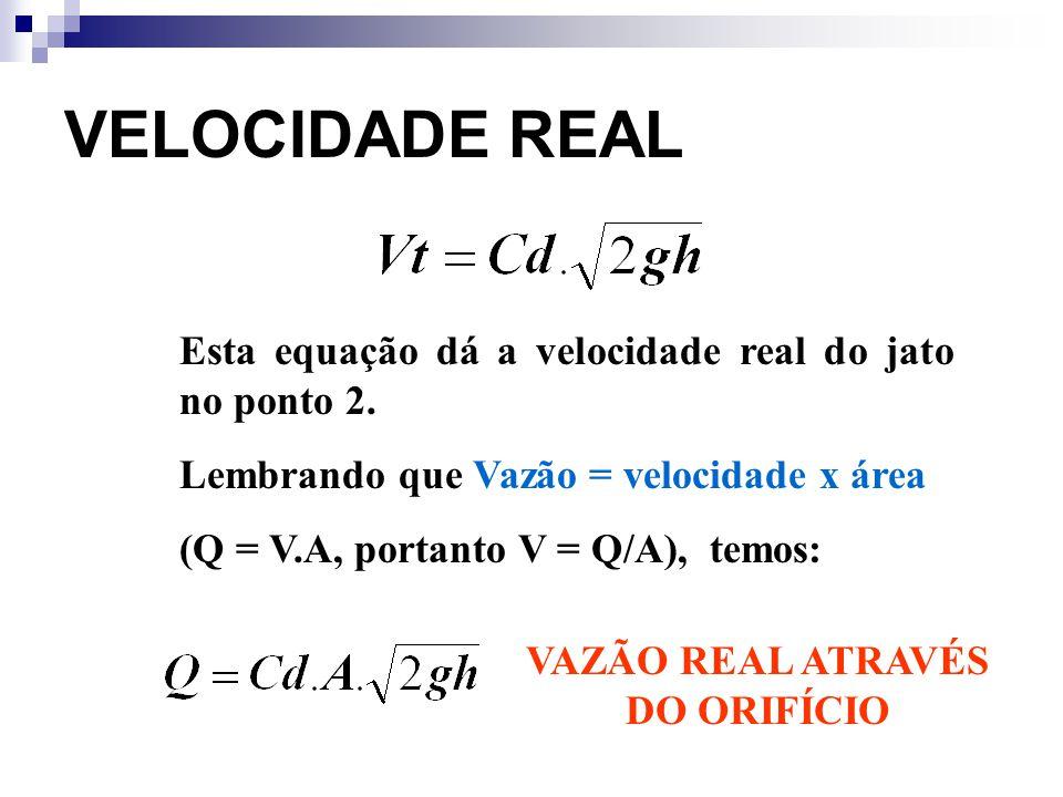 VELOCIDADE REAL Esta equação dá a velocidade real do jato no ponto 2. Lembrando que Vazão = velocidade x área (Q = V.A, portanto V = Q/A), temos: VAZÃ