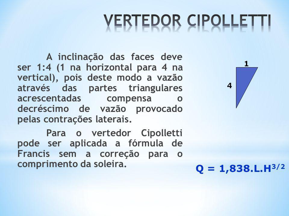 A inclinação das faces deve ser 1:4 (1 na horizontal para 4 na vertical), pois deste modo a vazão através das partes triangulares acrescentadas compen