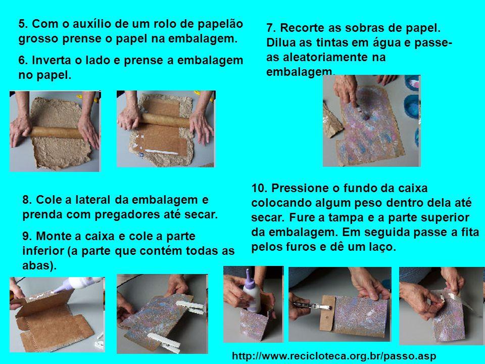 5. Com o auxílio de um rolo de papelão grosso prense o papel na embalagem. 6. Inverta o lado e prense a embalagem no papel. 7. Recorte as sobras de pa