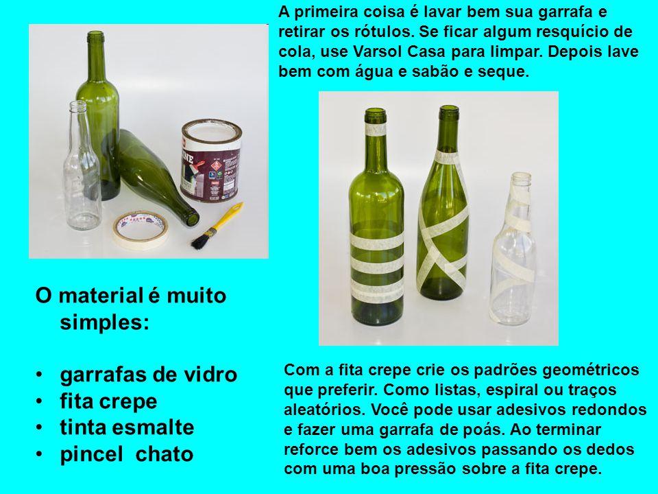 O material é muito simples: garrafas de vidro fita crepe tinta esmalte pincel chato A primeira coisa é lavar bem sua garrafa e retirar os rótulos. Se