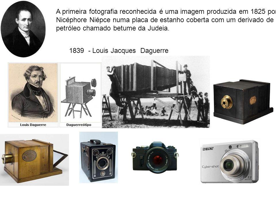 1839 - Louis Jacques Daguerre A primeira fotografia reconhecida é uma imagem produzida em 1825 por Nicéphore Niépce numa placa de estanho coberta com um derivado de petróleo chamado betume da Judeia.