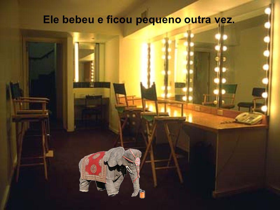 Ele olhou para baixo e viu sua pata e estava enorme. Ele não acreditou e foi se olhar no espelho para ver que era verdade. Ele disse: - Essa não! Agor