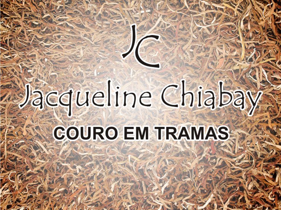 artesã e designer Jacqueline Chiabay Nascida em Vitória/ES Atua há mais de 20 anos com trabalhos artesanais Estilo próprio, desenvolvido com tramas de couro