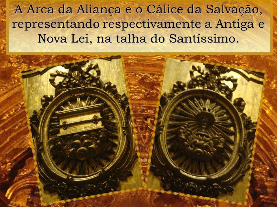No coroamento do altar do Santíssimo, o Cordeiro de Deus e os Sete Selos dos Mistérios da Fé.