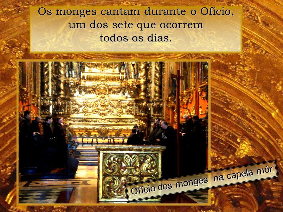 A entrada da luz do sol pela clarabóia é o símbolo de presença de Deus, com sua cor dourada, refletida no ouro das paredes. Esta clarabóia foi aberta