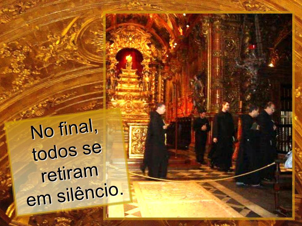 Os monges cantam durante o Ofício, um dos sete que ocorrem todos os dias. Ofício dos monges na capela mór