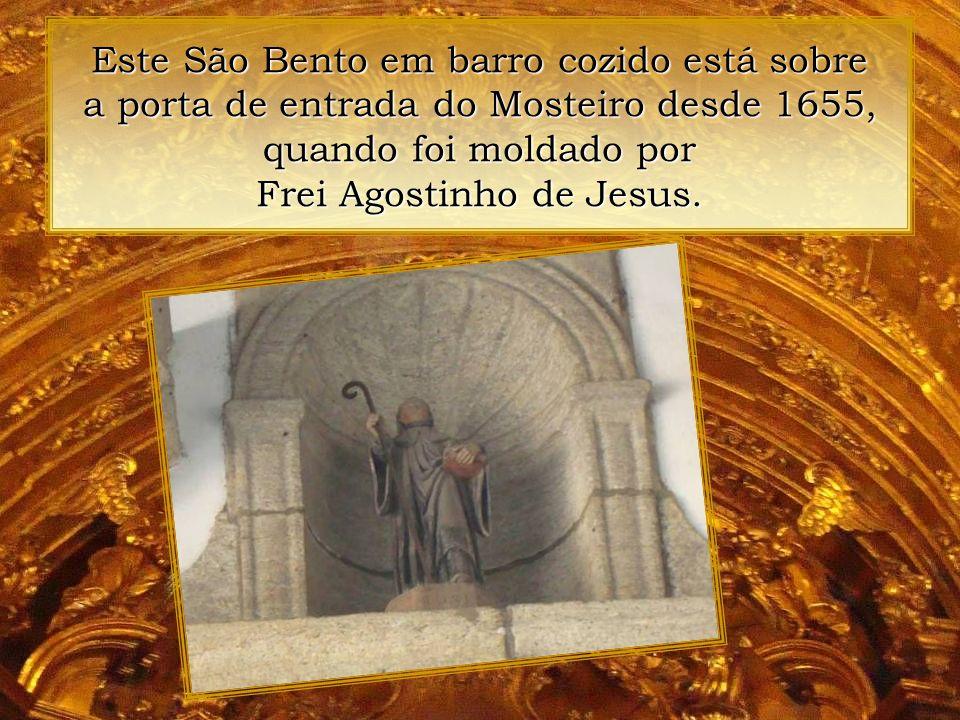 Este São Bento em barro cozido está sobre a porta de entrada do Mosteiro desde 1655, quando foi moldado por Frei Agostinho de Jesus.