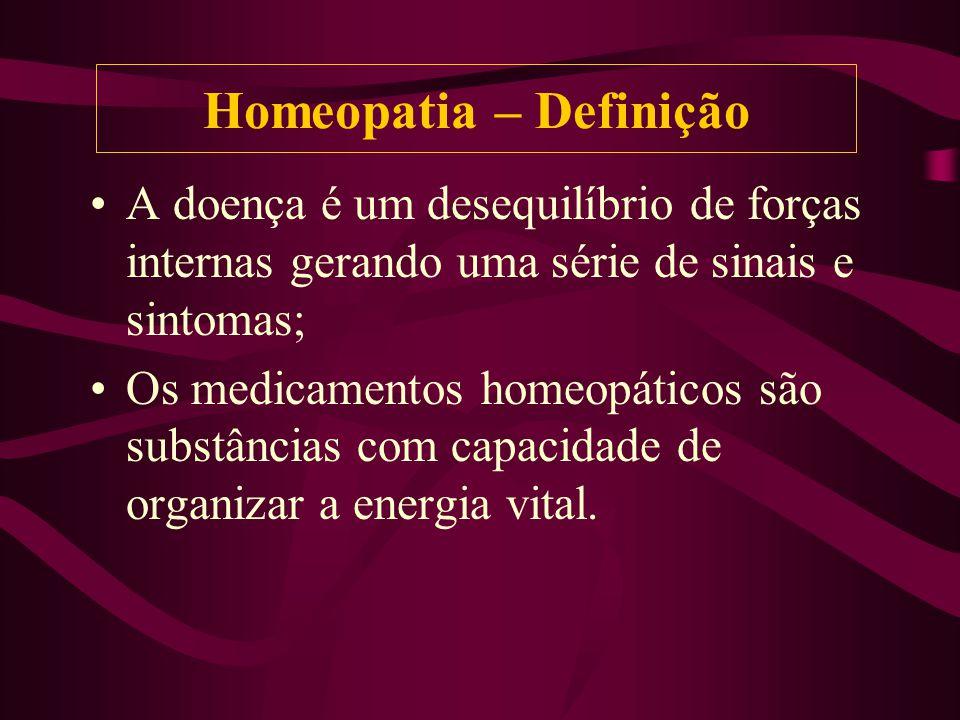 A doença é um desequilíbrio de forças internas gerando uma série de sinais e sintomas; Os medicamentos homeopáticos são substâncias com capacidade de organizar a energia vital.
