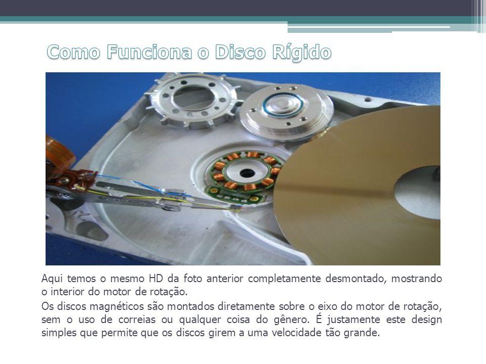Aqui temos o mesmo HD da foto anterior completamente desmontado, mostrando o interior do motor de rotação. Os discos magnéticos são montados diretamen