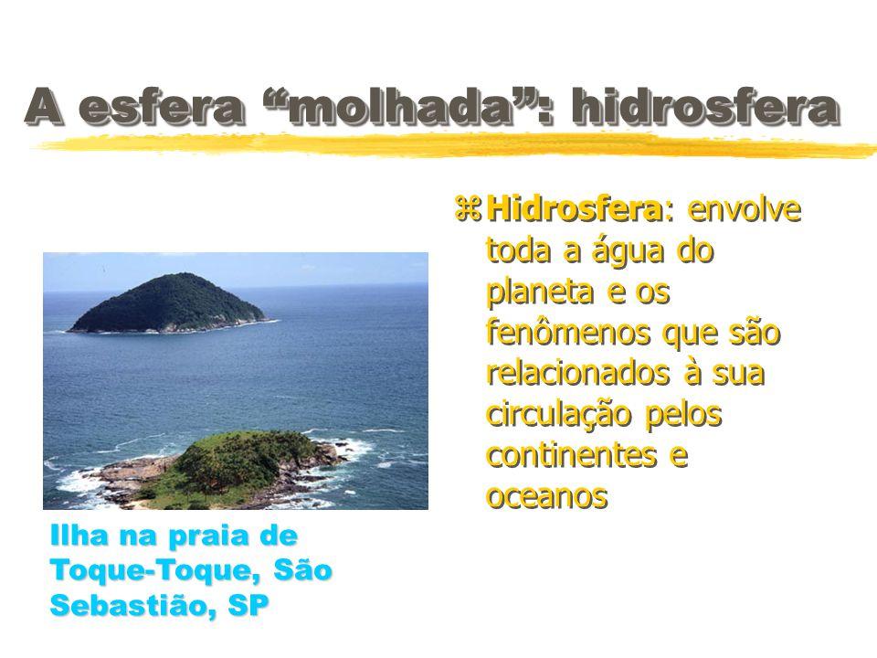A esfera molhada: hidrosfera z Hidrosfera: envolve toda a água do planeta e os fenômenos que são relacionados à sua circulação pelos continentes e oce