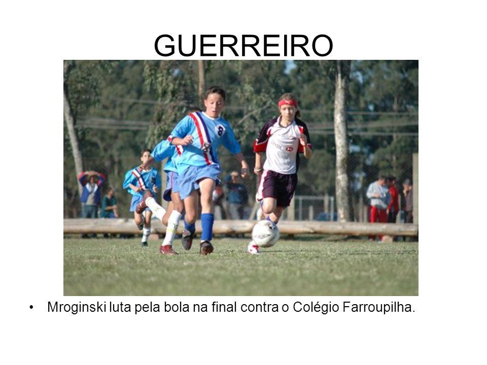 GUERREIRO Mroginski luta pela bola na final contra o Colégio Farroupilha.