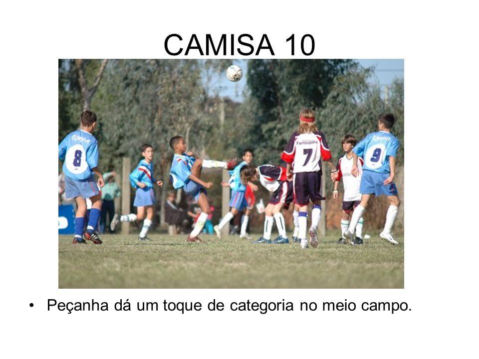 CAMISA 10 Peçanha dá um toque de categoria no meio campo.