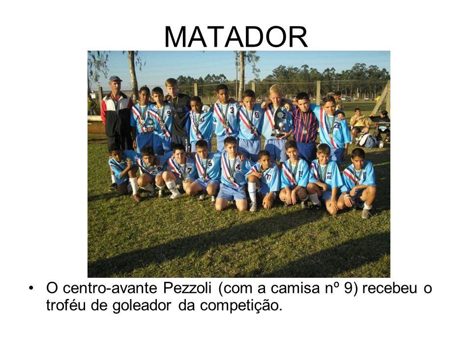 MATADOR O centro-avante Pezzoli (com a camisa nº 9) recebeu o troféu de goleador da competição.