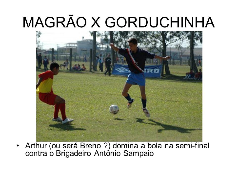 MAGRÃO X GORDUCHINHA Arthur (ou será Breno ?) domina a bola na semi-final contra o Brigadeiro Antônio Sampaio