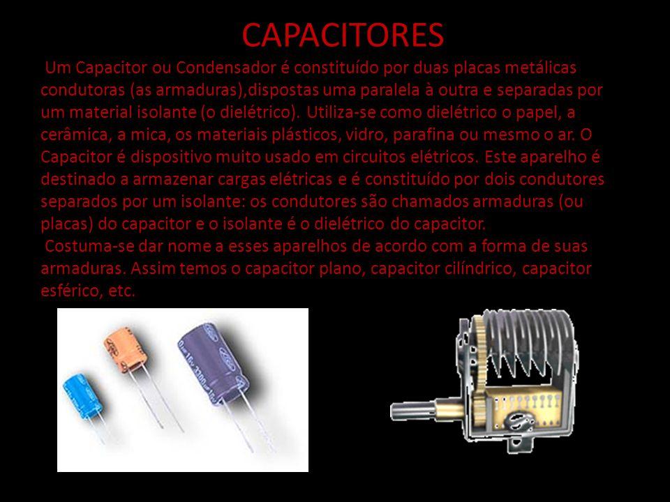 CAPACITORES Um Capacitor ou Condensador é constituído por duas placas metálicas condutoras (as armaduras),dispostas uma paralela à outra e separadas p