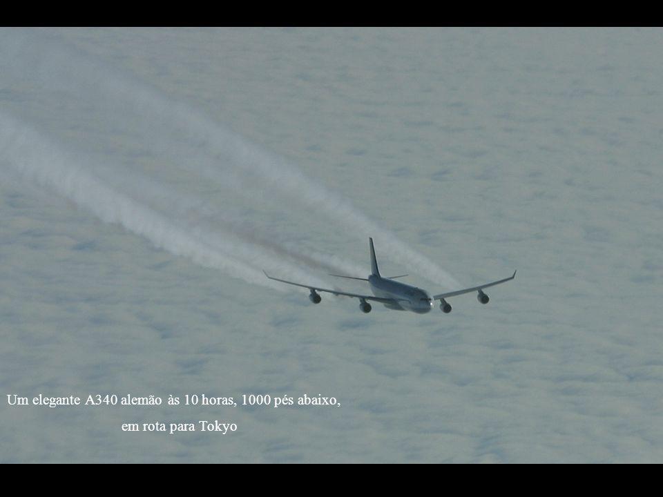 Um elegante A340 alemão às 10 horas, 1000 pés abaixo, em rota para Tokyo