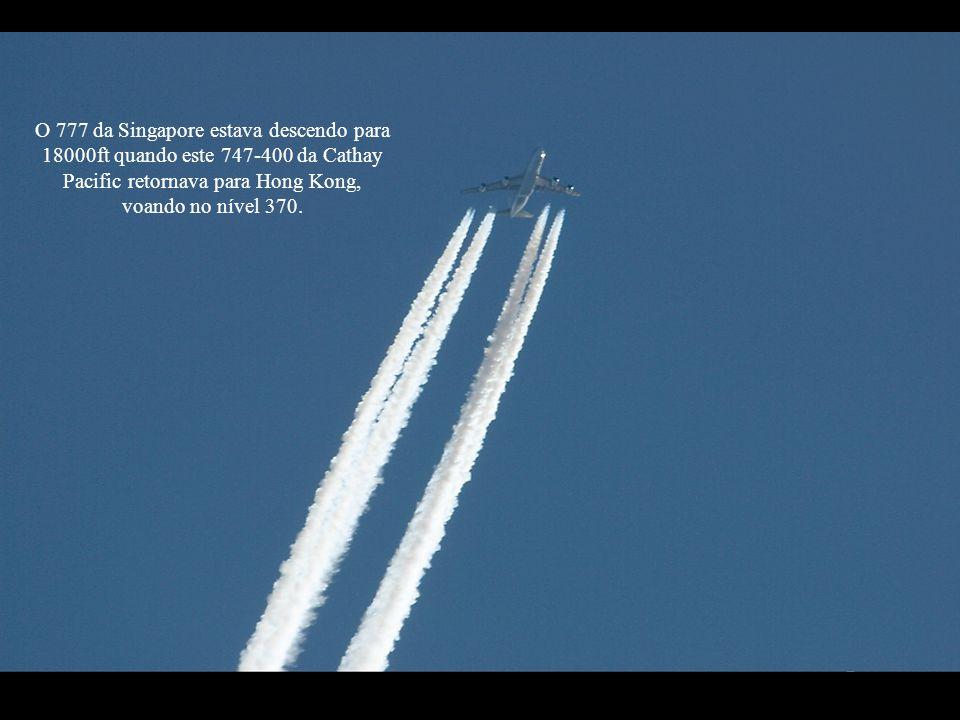 O 777 da Singapore estava descendo para 18000ft quando este 747-400 da Cathay Pacific retornava para Hong Kong, voando no nível 370.