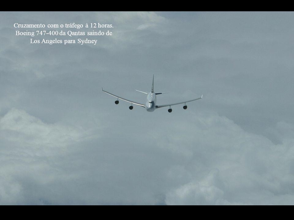 Cruzamento com o tráfego à 12 horas. Boeing 747-400 da Qantas saindo de Los Angeles para Sydney