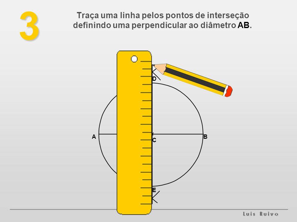 Traça uma linha pelos pontos de interseção definindo uma perpendicular ao diâmetro AB.3 AB C D E