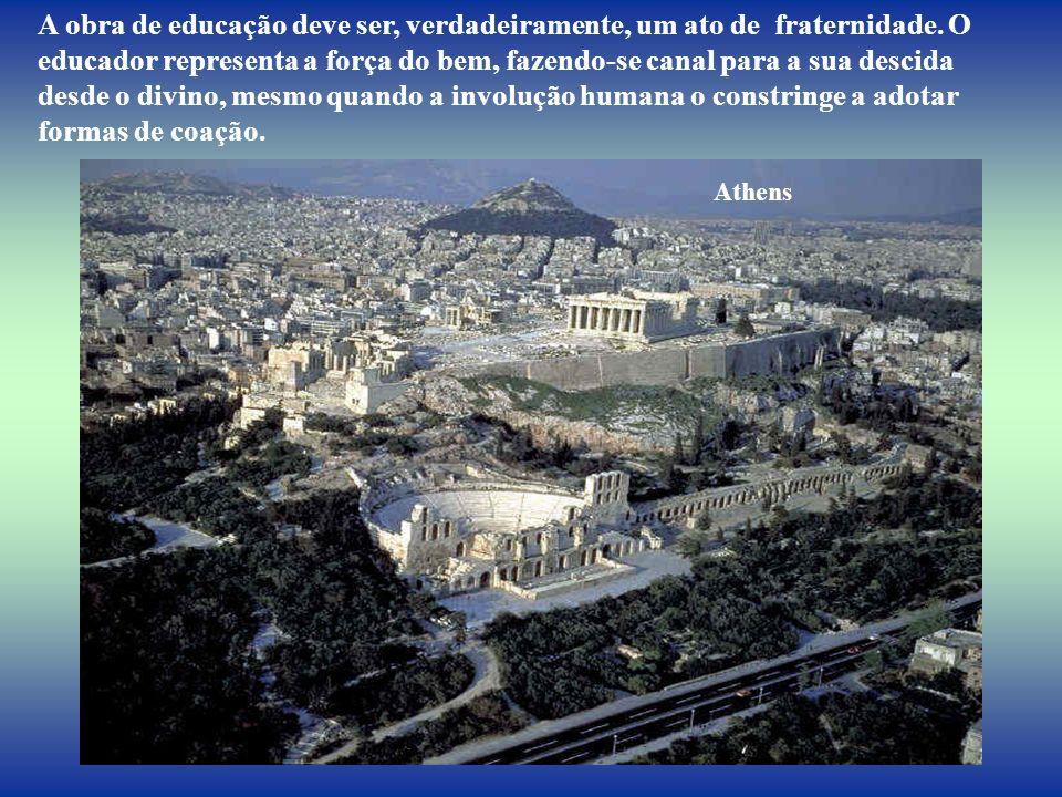 A Acrópole de Atenas, admirada por milhões de olhos, vai desaparecendo. pouco a pouco, entretanto, a cultura grega que a produziu é imortal na glória