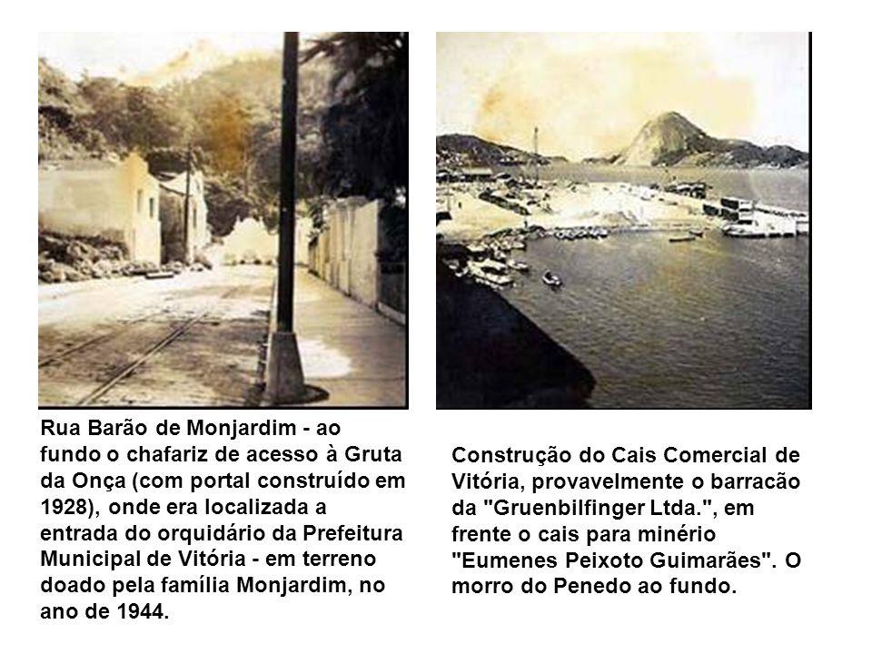 Foto da Vila Rubim, tendo em primeiro plano, à esquerda, as barracas do mercado e parte da baía de Vitória; ao fundo, à direita, a Santa Casa de Miser