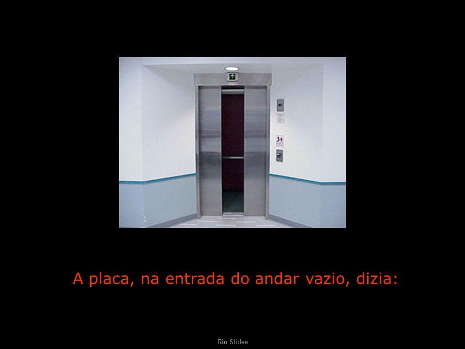 Ria Slides A placa, na entrada do andar vazio, dizia: