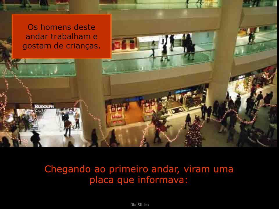 Ria Slides Uma dupla de amigas foi até o shopping.