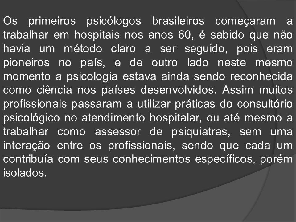 De acordo com a defini ç ão do ó rgão que rege o exerc í cio profissional do psic ó logo no Brasil, o CFP (2003a), o psic ó logo especialista em Psicologia Hospitalar tem sua fun ç ão centrada nos âmbitos secund á rio e terci á rio de aten ç ão à sa ú de, atuando em institui ç ões de sa ú de e realizando atividades como: atendimento psicoterapêutico; grupos psicoterapêuticos; grupos de psicoprofilaxia; atendimentos em ambulat ó rio e unidade de terapia - intensiva; pronto atendimento; enfermarias em geral; psicomotricidade no contexto hospitalar; avalia ç ão diagn ó stica; psicodiagn ó stico; consultoria e interconsultoria.
