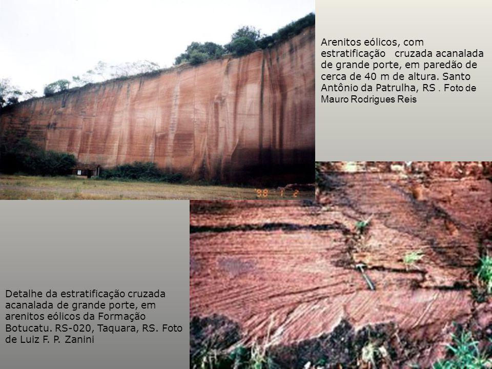 Arenitos eólicos, com estratificação cruzada acanalada de grande porte, em paredão de cerca de 40 m de altura. Santo Antônio da Patrulha, RS. Foto de