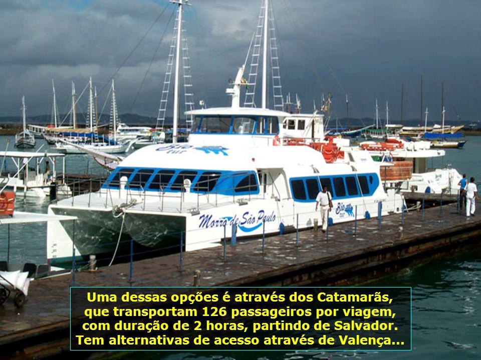 Uma dessas opções é através dos Catamarãs, que transportam 126 passageiros por viagem, com duração de 2 horas, partindo de Salvador.