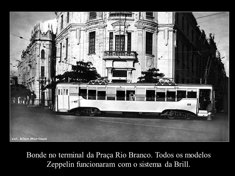 Bonde em alumínio Zeppelin. Nome e modelo inspirado após a chegada do dirigível Graf Zeppelin em Recife, em 1930. O dirigível fez muito sucesso. E o B