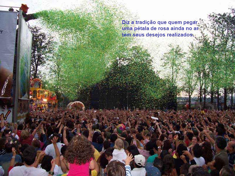 Seja pela superstição ou pela beleza do espetáculo, a Chuva de Pétalas é uma das atrações mais marcantes da Expoflora. Milhares de visitantes, emocion