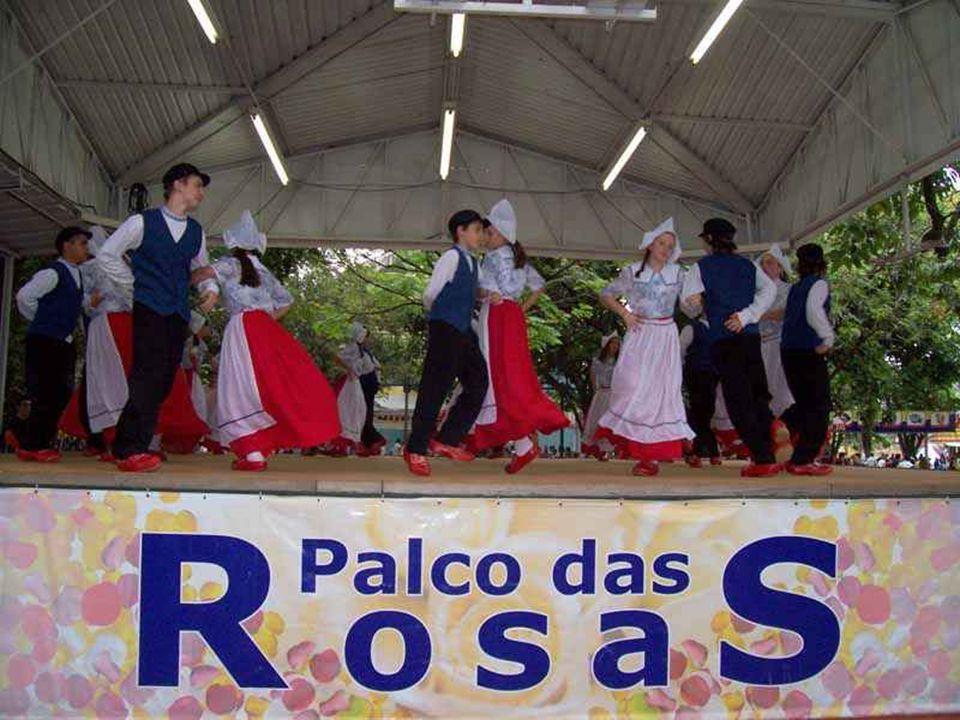 Estagiários do curso de Turismo da PUC Campinas são especialmente orientados para servir de monitores e contar as histórias do município, da Cooperativa Holambra e também noções básicas sobre o cultivo de flores.