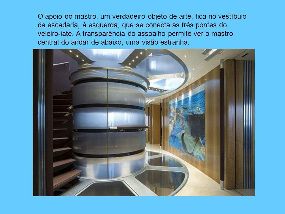 O apoio do mastro, um verdadeiro objeto de arte, fica no vestíbulo da escadaria, à esquerda, que se conecta às três pontes do veleiro-iate.