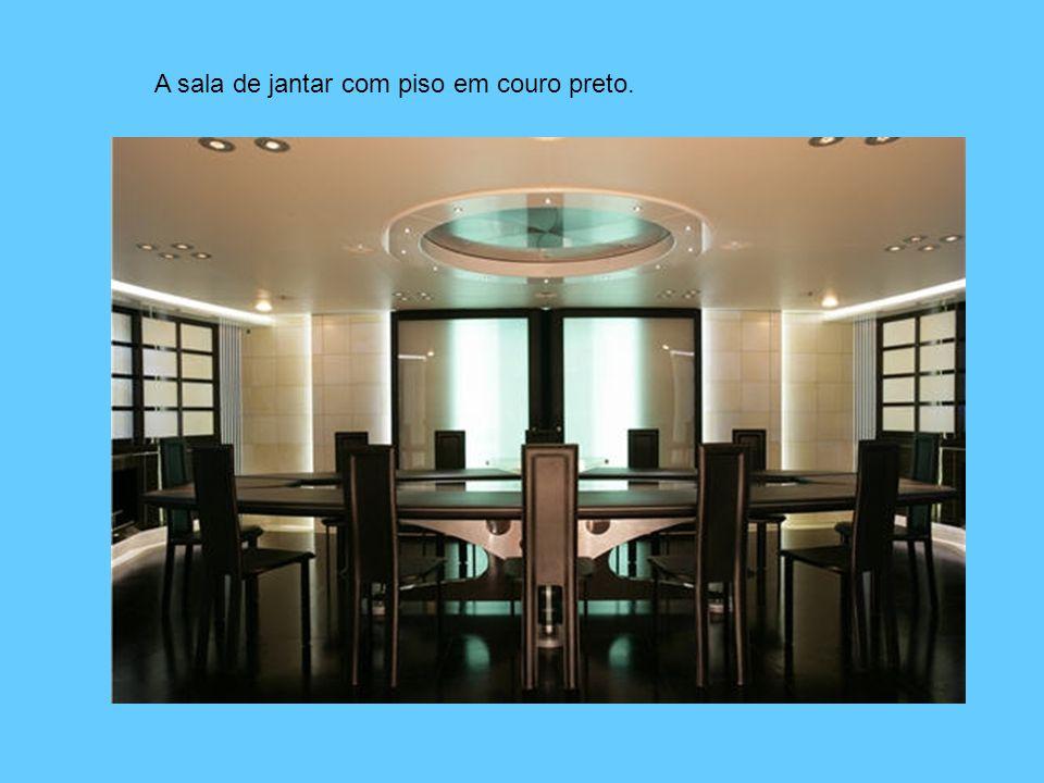 A sala de jantar com piso em couro preto.
