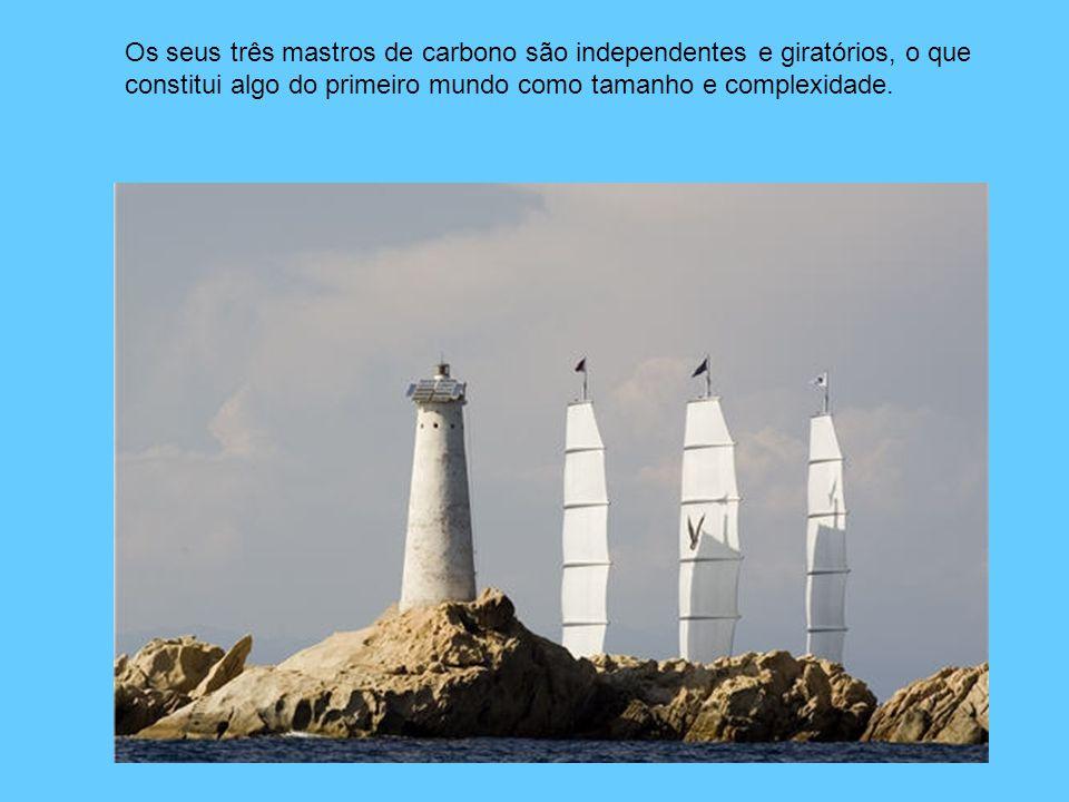 Os seus três mastros de carbono são independentes e giratórios, o que constitui algo do primeiro mundo como tamanho e complexidade.